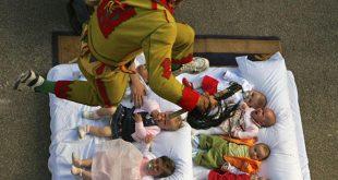 مهرجان القفز فوق الاطفال في إسبانيا